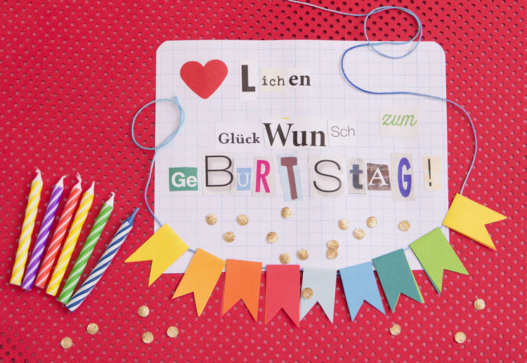 Herzlichen Glückwunsch zum Geburtstag Geburtstag Geburtstagskarte Glückwunsch Herzlichen Herzlichen Glückwunsch Konfetti Schriftzug Text Art And Craft Bunt Colored Background Creativity Directly Above Farbig Girlande Her Herzlich High Angle View Indoors  Multi Colored No People Paper Red Schrift Text