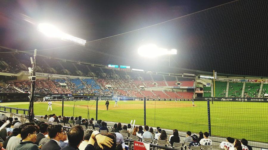 두산 응원석에 앉아서 두산 응원가 따라부르는 NC팬. 7:0 앗호!!!