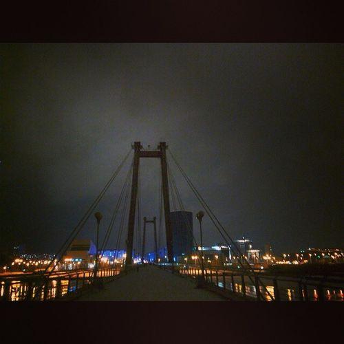 Очаровательно зловеще Krasnoyarsk Night Light Bridge Krsk
