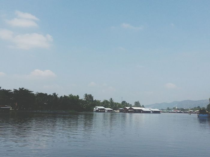 """กองทับตัองเดินด้วยท้อง """"ชุกโดน"""" ริมแม่น้ำแคว ณ กาญจนบุรี"""