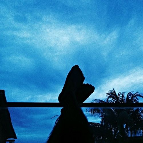 Todo dia a insônia me convence que o céu faz tudo ficar infinito. (...) Estamos meu bem por um triz... Pro dia nascer feliz! Prodianascerfeliz Cazuza  MPB Céu Azul VSCO