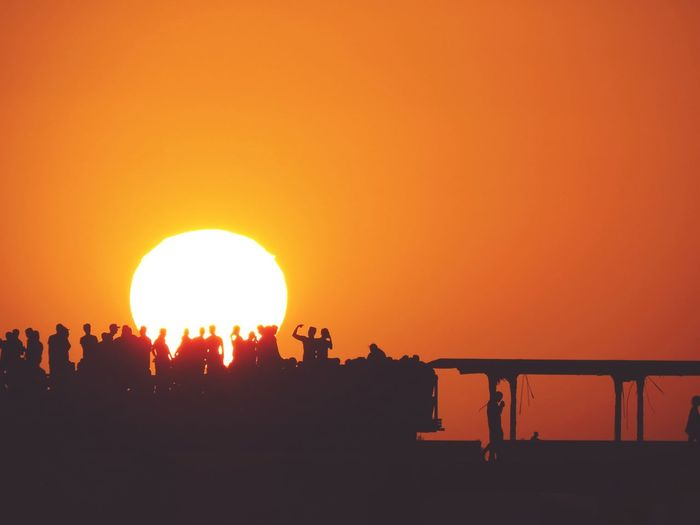 Encontro com o pôr-do-sol Sunset Silhouette Orange Color Sun Outdoors Tranquility Heat - Temperature Nature Beauty In Nature Sky Sunlight Scenics People Day Astronomy City Vacations Reflection Dramatic Sky Love Beauty In Nature