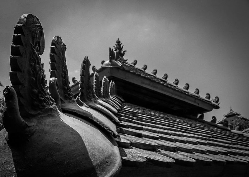 Ancient roof Canon Airasia Java Sumatera Sacred Windy Architecture Grave Sharp Building Top Creepy Cool Black And White Roof Historic Architecture Built Structure Building Exterior History Sculpture Low Angle View Place Of Worship Religion Statue Spirituality Travel Destinations Ancient Civilization