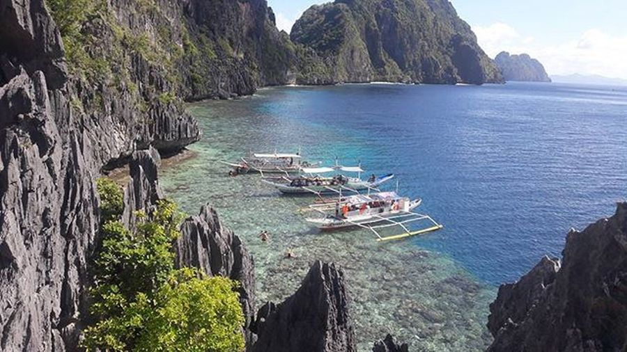BeautifulSight Amazingbeach Boats Enchanting Limestone Lifewelltravelled Bluesea Bluewater Rock Naturetheme Picturesque Islands Lifeisgood Vacation Natgeo Motherearth Naturesbeauty Amazingphil Wowphilippines Localscene Matinlocshrineisland Elnido Ilovepalawan Palawan Ph