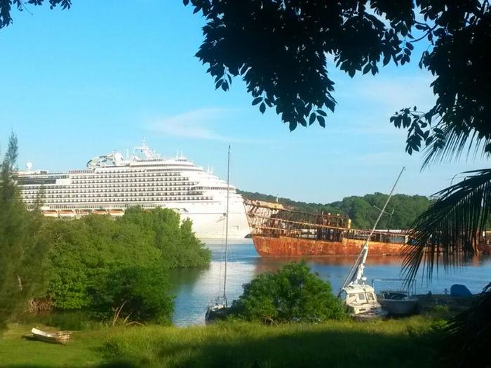 Boat Boats And Moorings Roatan Roatan Old And New Ship Shipwreck