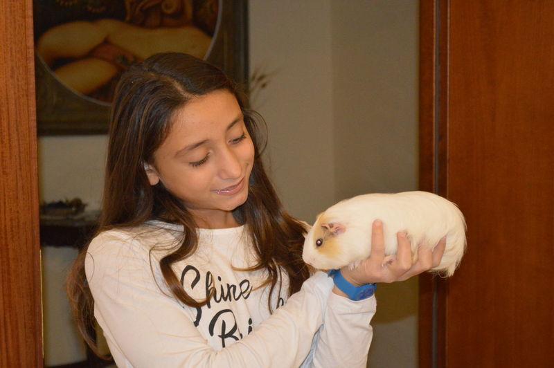 girl animal domestic Ragazzina porcellino di infia Second Acts