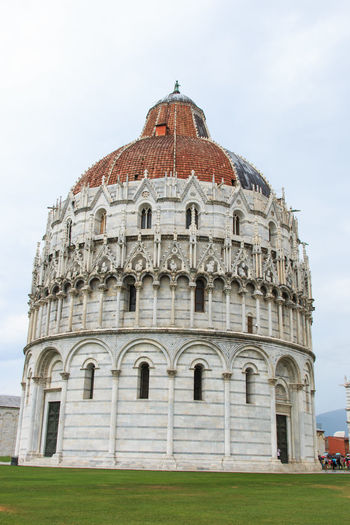 Cathedral at leaning tower of pisa against sky