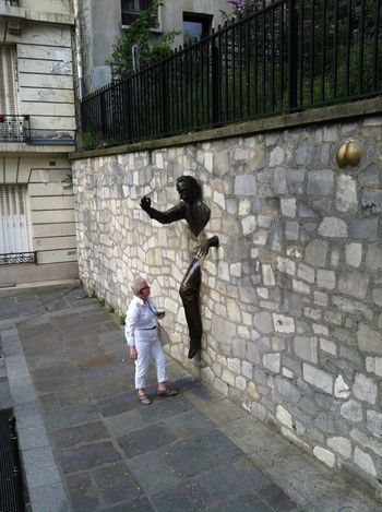 Halp ! Lemme out .... Alarmed Avant Garde  For A Laugh On The Hill That Goes To Sacre Couer Paris Sacré Coeur, Paris Scupture Surprised Lady Unusual Wall