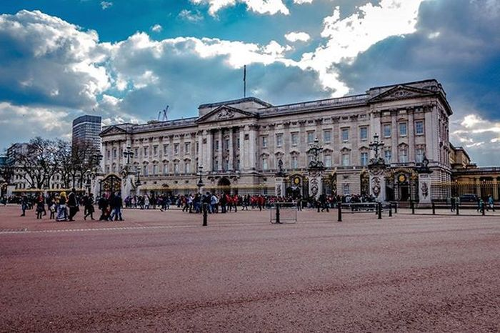 Popped over for some sugar but The Queen was out at the time lol Buckinghampalace London Uk Takingphotos Sonyrx100iv Lightroom Travelgram Photos