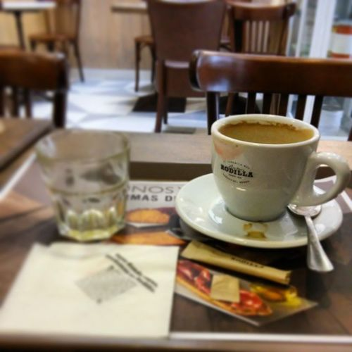 Un buen cafe, un jugo de naranja , un libro y wifi en LaRodilla . Madrid asi transcurren algunas de mis horas