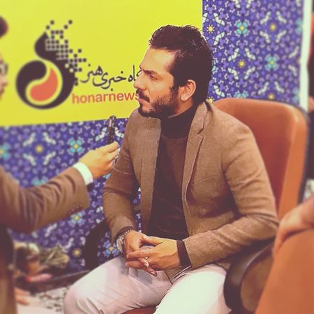 . دیشب نمایشگاه مطبوعات رفتیم کلی آدم سیاسی و خیلی سیاسی دیدیم بازیگر و هنرمند دیدیم ولی ولی من فقط دوست داشتم از عباس عکس بگیرم به_تو_چه دلم_می_خواد بازیگر به این خوبی