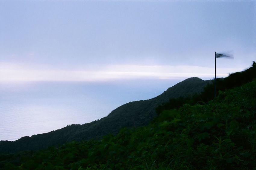 弥彦山山頂付近は霧に覆われていた/pentax sp Sky Nature No People Mountain Flag Outdoors First Eyeem Photo