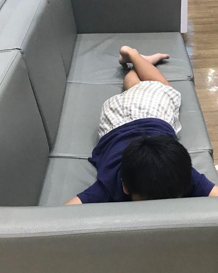 แอบดูเด็กน้อย Real People Rear View Sitting Childhood High Angle View Lifestyles One Person Leisure Activity Day Indoors  Low Section Play The Game Playing Games เด็กน้อยนอนรอญาติที่โซฟาโรงพยาบาล