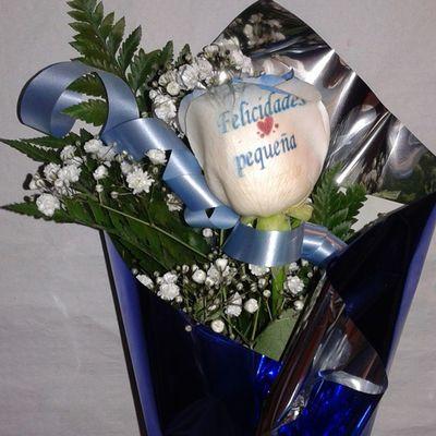 Esta vez una felicitacion muy original en una rosa azul con la felicitacion grabada en el petalo. Os mola ??, ;) Http://graficflower.com Rosasazules Rosaazul Ramosrosas Ramoderosas Ramosdeflores Regalodiadelamadre Regalosdeaniversario Regalopersonalizado Regalooriginal