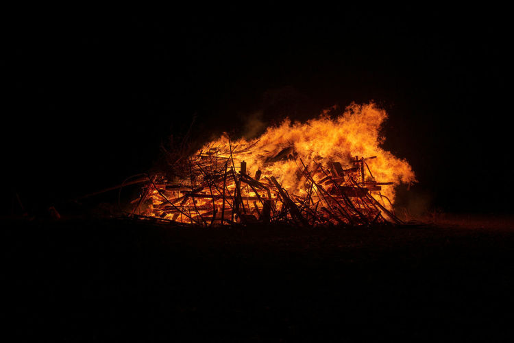Burning Fire Fire - Natural Phenomenon Flame Heat - Temperature Night No People Bonfire Nature Glowing Wood Copy Space Land Log Orange Color Wood - Material Outdoors Dark Firewood Field Campfire Black Background Demolished