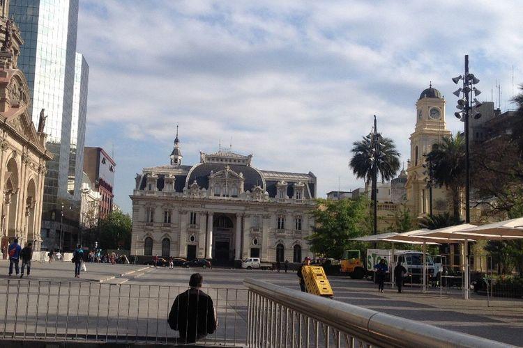 Mañana de sábado, el cielo nublado le da una belleza especial a Correos de Chile Walking Around Escaping