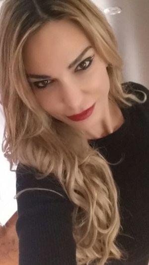 www.anastasiaverkos.com ThatsMe Sunday Morning Selfieoftheday Moodofthemorning Happy Enjoying Life Ready To Go Beautiful Girl Beautiful Eyes Stylish Hairstyle.