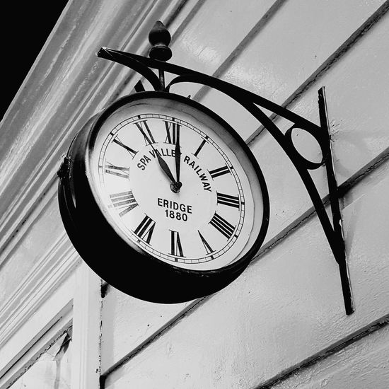 Tunbridge Wells SPA Valley Railway Clock Time Claasic Vintage Black And White Tic Toc Eridge Train Station