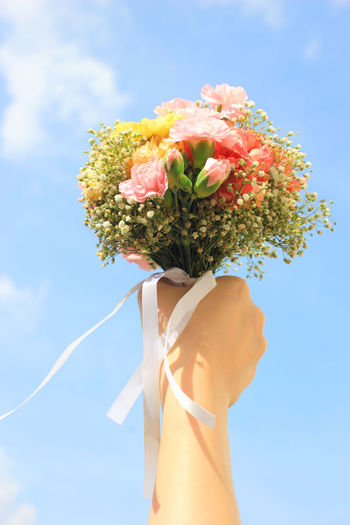 Flower Flowering Plant Human Body Part Human Hand One Person Hand Plant Holding Nature Freshness Vulnerability  Fragility Beauty In Nature Day Real People Sky Body Part Close-up Outdoors Sunlight Bouquet Flower Arrangement Flower Head Finger Human Limb Bride Wedding Wedding Day Wedding Ceremony Throwing