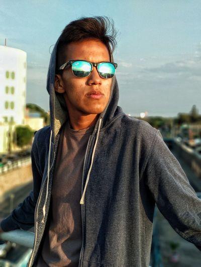 Retrato en el atardecer City Portrait Eyeglasses  Looking At Camera Men Sunglasses Confidence  Sky Close-up Suave Posing Handsome Macho Glasses Head And Shoulders Masculinity Cool Attitude