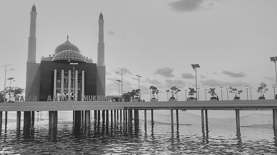 Amirul Mukminin Mosqoue at Losari Beach Dome Travel Place Of Worship City Travel Destinations Architecture Sunset Sky No People Outdoors Mosque Huntingphoto Nature Blackandwhite Building Exterior Blackandwhitephotography Sea Cloud - Sky Beauty In Nature Dramatic Sky Water