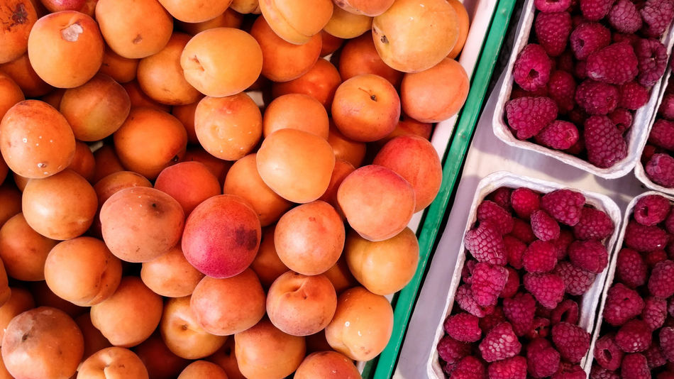Healthy saturday. .this way looks better I think . Experimental saturday Market Markets Still Life Fruit Fruits Healthy Eating Organic Food Organic Markets Organic Taking Photos Learning Close-up Peaches Peach Showcase June