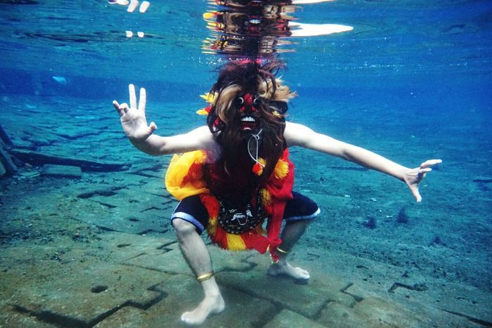 """""""Barongan"""" is a traditional culture from Indonesia. Especially, take a pict from underwater which is model use mask and dancing. Underwater Swimming Pool Swimming Scuba Diving Sea Outdoors Water UnderSea Real People Culture And Tradition Indonesia Traditional INDONESIA Indonesia_allshot First Eyeem Photo"""