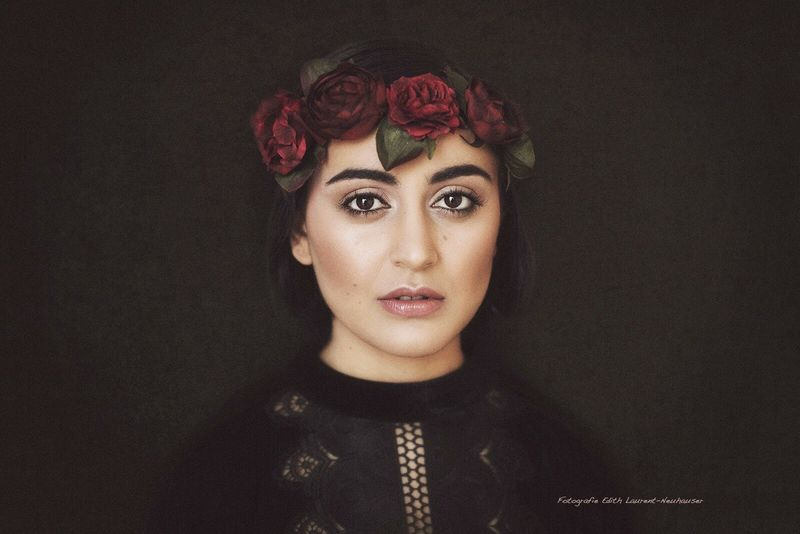 :)) Taken by Edith Laurent-Neuhauser Looking At Camera Portrait Only Women One Woman Only Beauty Fashion Adults Only Beautiful People Old-fashioned Studio Shot One Person Beautiful Woman Make-up Glamour Front View Adult People Young Adult One Young Woman Only Indoors  Yasmeena Eyes