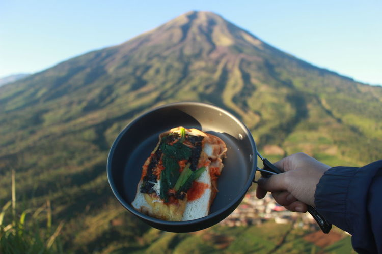 This photo is a photo of a delicious breakfast menu while camping on the top of mount sumbing.