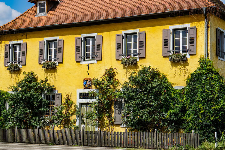 Jagdhaus in Hambrücken Hunterhouse Jagdhaushaus Architecture Building Built Structure City Day Growth House Nature No People Outdoors Plant Residential District Roof Street Sunlight Town Tree Window Yellow
