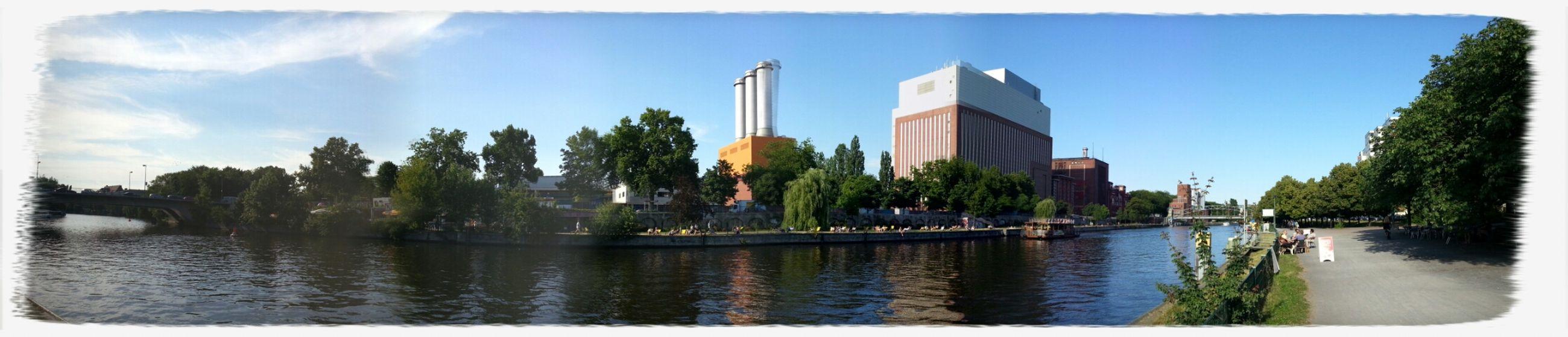 Gegenüber vom CapRivi mit Blick auf das Heizkraftwerk  Charlottenburg. Panorama Spree