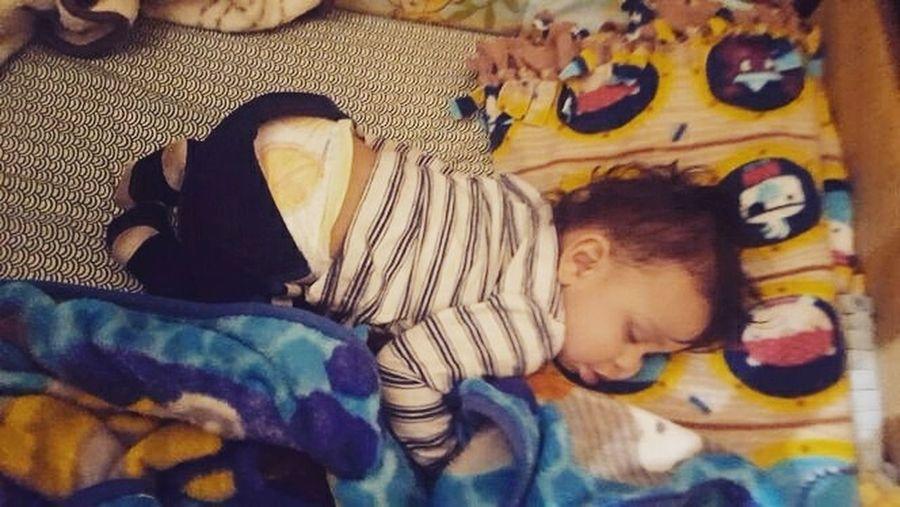 Sleeps like his daddy Son Sleep Sleeping Baby  Sleepyhead LikeFatherLikeSon ZzzzZzzzZzz😴💤⏳⌛🔔🐑🚌🏭📴