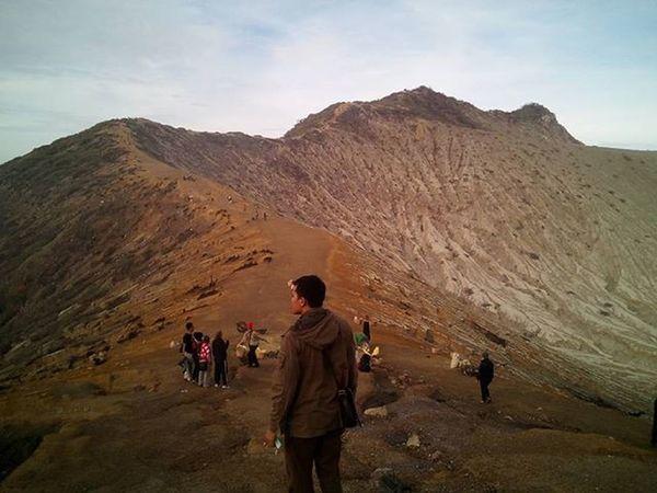 Mari kita nikmati alam yang indah. Crater Volcano Mountain Hike Dirt Top Morning Googlecamera Nofilter Photography Journal Blessed  Jawatimur INDONESIA Ijen Mtma Visitindonesia Instanusantara