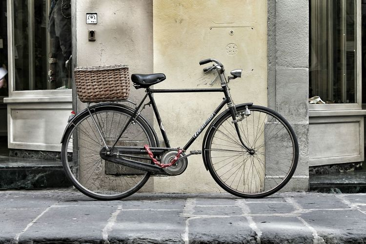 Stuck in a moment 🚲 Bycicle Bicicletta Bike Riding Vintage Moments Vintage Explore Old-fashioned Street Fashion Street Life Firenze Florence Florence Italy Italy Italia Tuscany Toscana Slow Life Slowly Delicate Beauty Romantic Romance Romantico Shop Strada
