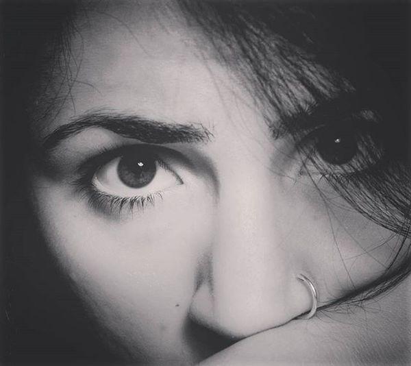 Una volta posato, quel velo rimarrà per sempre sui tuoi occhi. Vedrai sempre la realtà come se quel momento si stesse svolgendo due volte, con chi hai di fianco e con chi non è rimasto, invece. Bw Bw_lover Blackandwhite Blackandwhitephotography Black White Eyes Eyebrows Piercing Nosepiercing Sadness Miss Missu Look Soymix