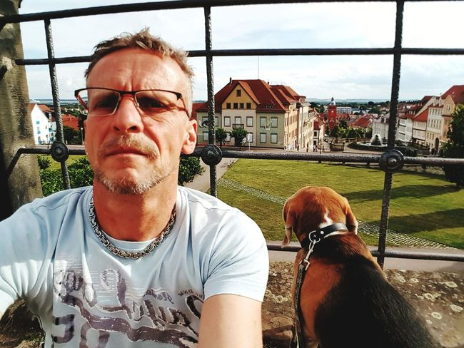 Selfie ohne Selfiestick😎 EyeEm Best Shots EyeEmNewHere EyeEm Nature Lover Village Life Gotha View Locking Moritz Beagle One Person Eyeglasses  Mature Adult Leisure Activity Only Men Real People Lifestyles Front View Casual Clothing Day One Man Only Adults Only Sky Adult Men People Close-up Eyeglasses  Animal Themes One Animal Architecture Visual Creativity