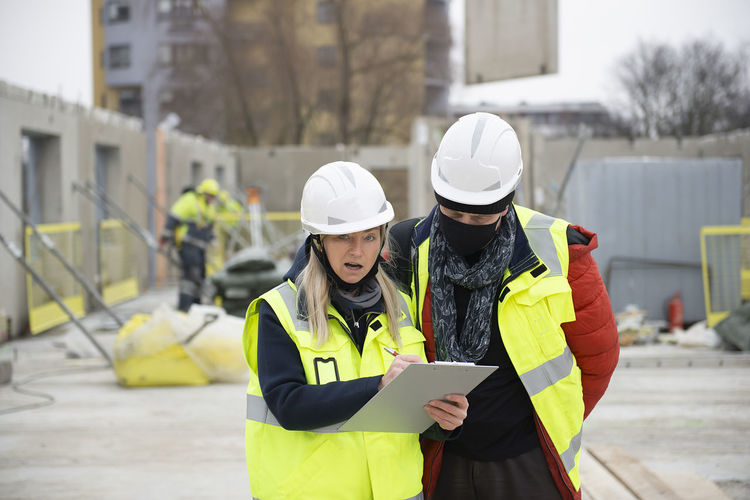 Construction manager in discussion with the architect on a building site