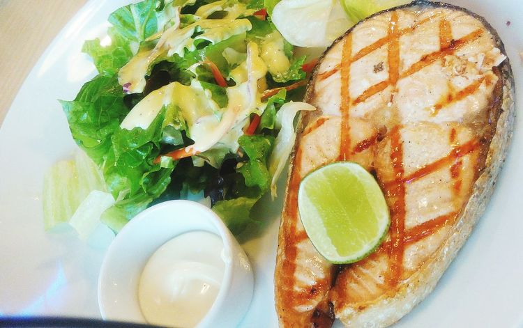 Salmon steak with black pepper and vegetable salad, cream sauce. Salmon Steak  Vegetarian Food Vegetable Salad Healthy Food Food Cleanfood Healthy Meal Grilled Salmon Fish