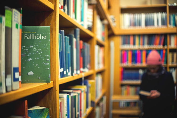 Bücher  Regale Studieren Bibliothek Blur Book Bookshelf Bookstore Day Education Focus On Foreground Indoors  Learning Lernen Library Literature Research Schule Shelf Student University Unschärfe