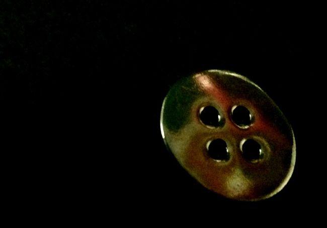 Reflejos de colores en el boton. Black Background Studio Shot Close-up No People Gold Colored Day Botón Botones Bótons EyeEm Gallery Eyeemphoto Eyeemphonephotography EyeEm