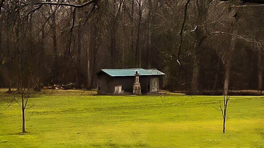 Cotttage in Mississippi country side Peacful Place Green Grass 🌱 Cottage House Rainy Season Cloudy Sky Wooded Landscape Natchez Mississippi USA Natchez Trace