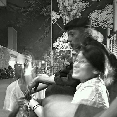 Bung Yayak nongkrong di emperan TIM usai pembukaan pameran tunggalnya di galeri Cipta III. Jakarta Sesuatu Bw