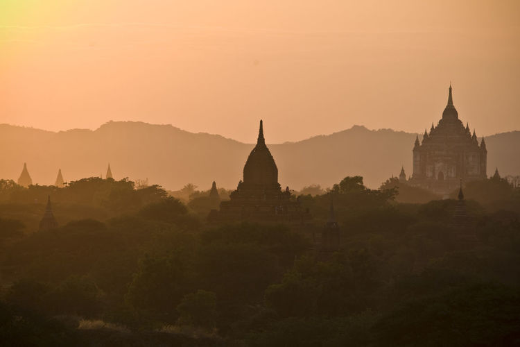 the valley of Bagan in Myanmar @sunshine Ancient Architecture Bagan Check This Out Famous Place First Eyeem Photo History Mountain Myanmar Nature Orange Color Place Of Worship Religion Scenics Showcase June Sky Spirituality Stupa Sunset Temple - Building The Past Tourism Tranquil Scene Tranquility Travel Destinations