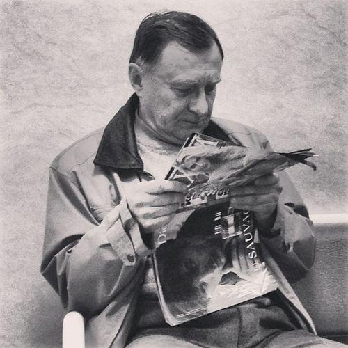 Дедушка читает или рассматривает журнальчик Максим!!!