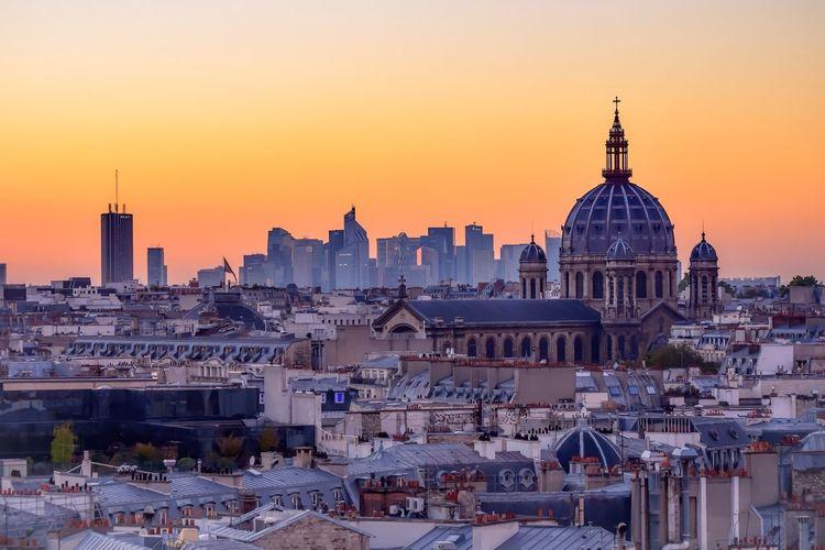 Discover Your City autre belle vue que nous offre le Printemps Haussmann une vue sur le quartier d'affaire de la defense avec en premier plan l'eglise Saint Augustin Paris Sunset Rooftop Market Bestsellers November 2016