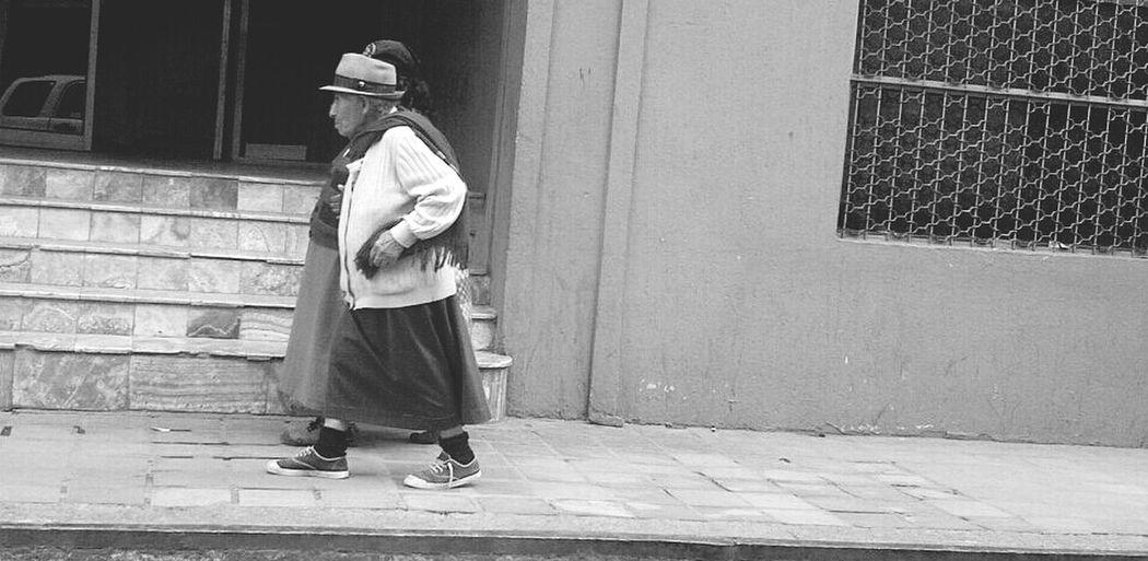 Walking Indígena EC Faith Old Woman Native Hat Monochrome Monocrome B&w