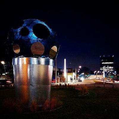 Especie de versión Gigante y modernizada de la Copa del Mundo FIFA. Kind of gigant and modern FIFA's World Cup. Worldcup Mega Huge Cup Mirror Mirrowed Lights Nightlights Night Lightsinthedark Street Monumental  Monument Monumento Escultura Sculpture CityAtNight Paseodelacosta VicenteLopez Blue Square Rotonda