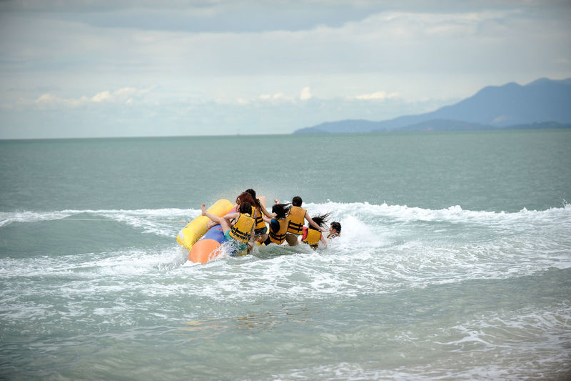crash Banana Boat Crash Adventure Cloud - Sky Day Group Of People Horizon Over Water Inflatable  Leisure Activity Nature People Real People Sea Sky Sport Togetherness Water Waterfront Wave