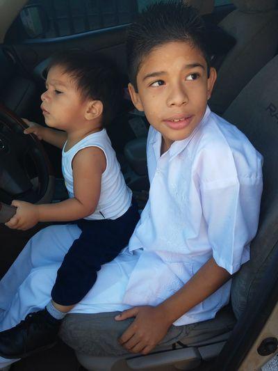 Joshua jugando a manejar el carro Con Mi Bebe!