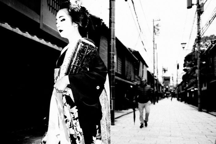 Geisha Japan Tradition Beautiful Woman Blackadnwhite Blackandwhite Building Exterior Culture Day Fashion Full Length Kyoto Lifestyles One Person Outdoors People Real People Standing Streetphotography Women Young Adult Young Women